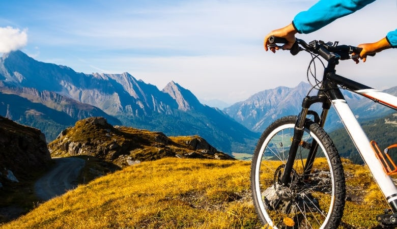 Weitere Freizeitaktivitäten wie Mountainbiking in den Alpen