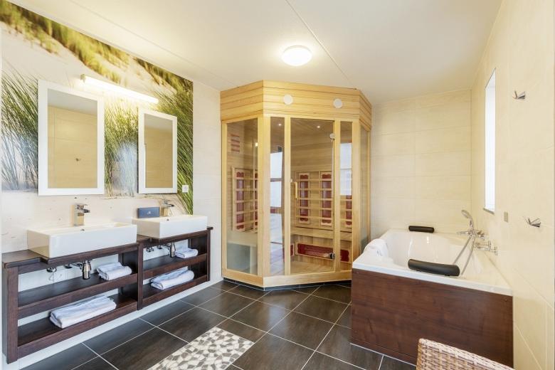 Charmant Sowohl Die Sauna, Als Auch Der Längliche Whirlpool, Befinden Sich Im  Schicken Und Gemütlichen Badezimmer Mit Tageslicht Des Ferienhauses.