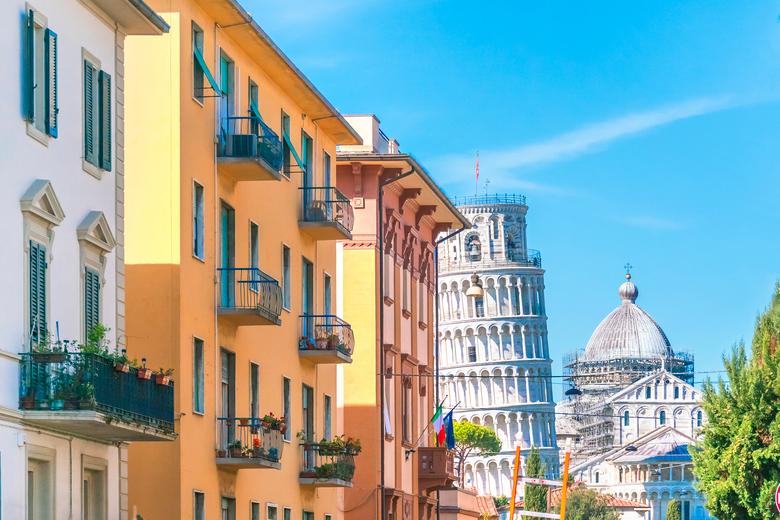 italienische Häuser mit Blick auf den Schiefen Turm von Pisa
